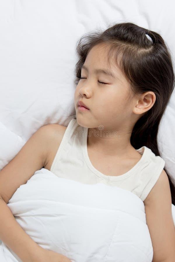 Förtjusande liten asiatisk flickasömn arkivbild