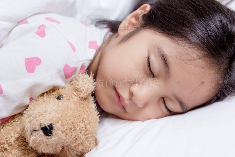 Förtjusande liten asiatisk flickasömn royaltyfri foto