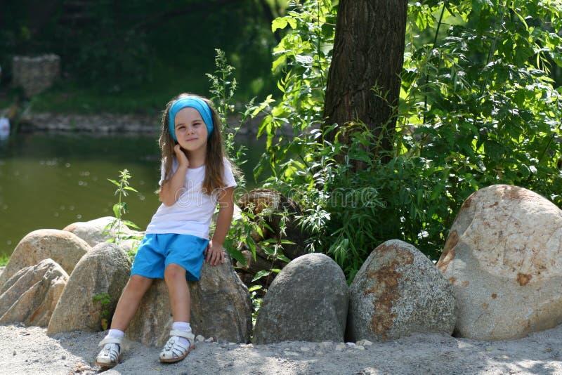 Förtjusande liten flicka i en parkera royaltyfria bilder