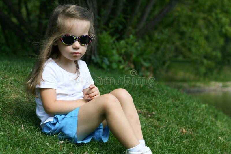 Förtjusande liten flicka i en parkera arkivfoto