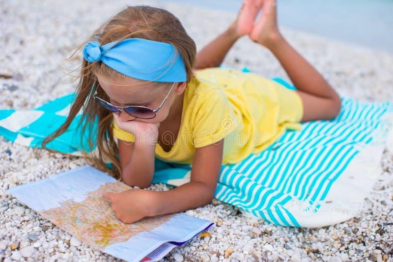 Förtjusande liten flicka med översikten av ön på arkivfoto