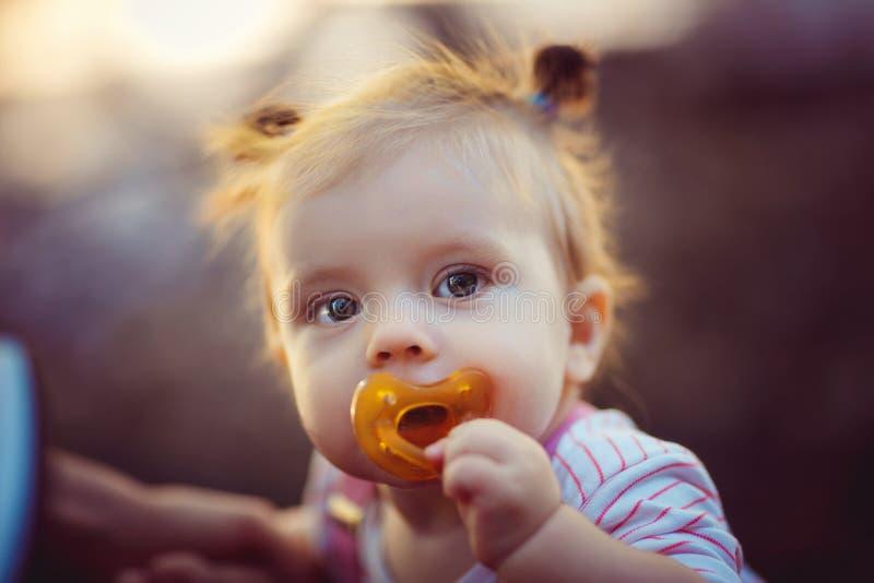 Förtjusande liten flicka med attrappen royaltyfria foton