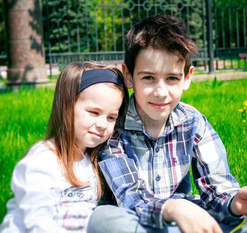 Förtjusande liten flicka och hennes broder royaltyfri bild