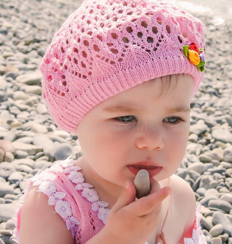 Förtjusande liten flicka på stranden arkivfoto
