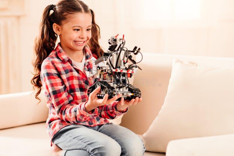 Förtjusande liten flicka som får upphetsad över den robotic maskinen royaltyfri fotografi