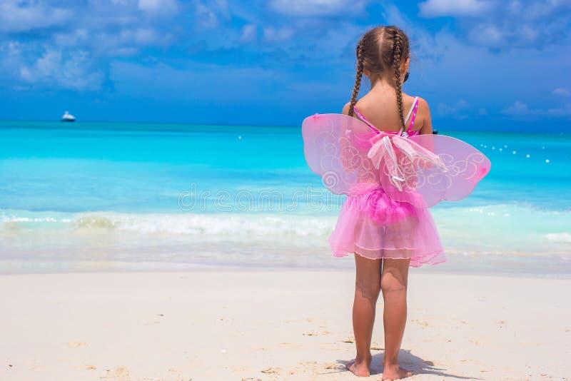 Förtjusande liten flicka under den tropiska stranden royaltyfri bild