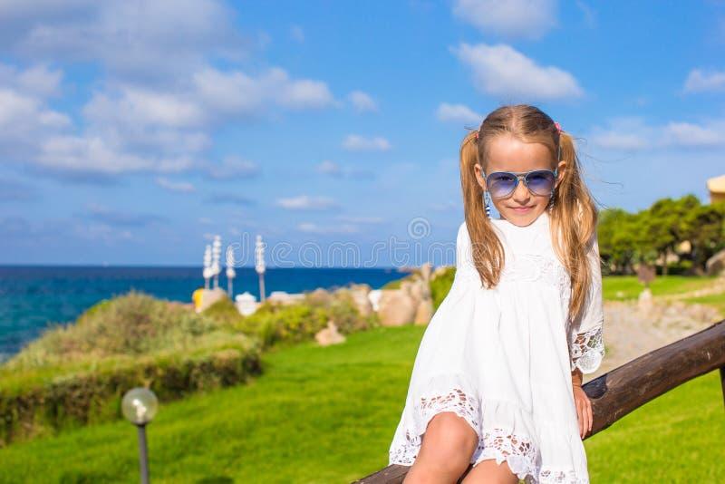 Förtjusande liten flicka utomhus under italienare royaltyfria foton