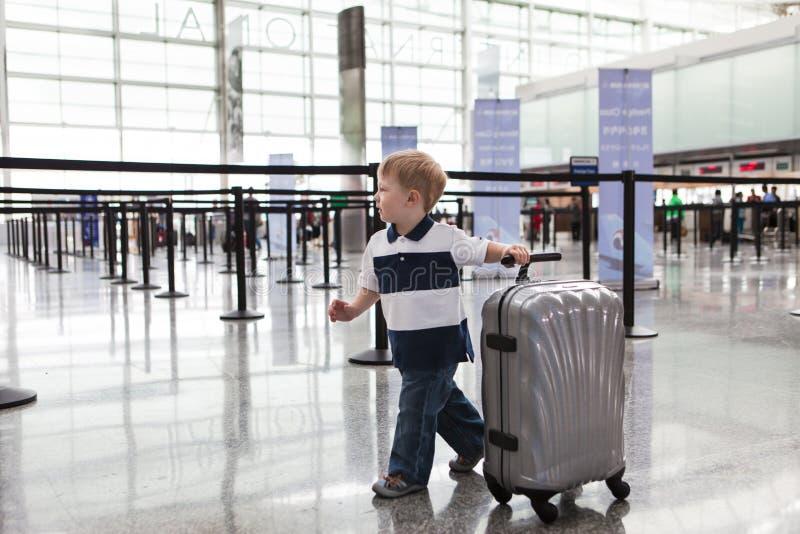 Förtjusande litet barn på flygplatsen arkivfoton