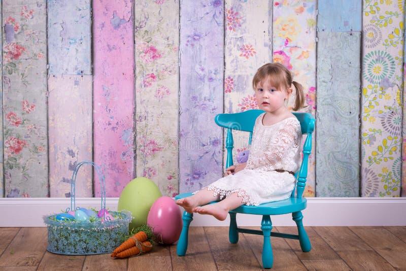 Förtjusande litet barnflicka i hennes påskklänning royaltyfri fotografi