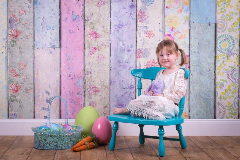 Förtjusande litet barnflicka i hennes påskklänning arkivbilder