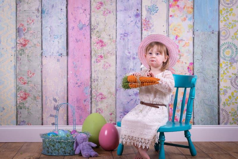 Förtjusande litet barnflicka i hennes påskklänning royaltyfri foto