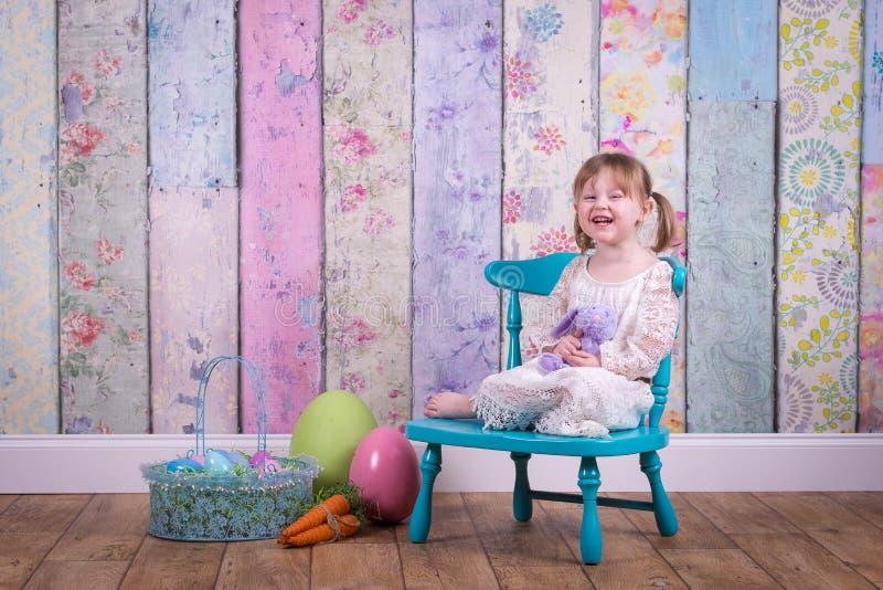 Förtjusande litet barnflicka i hennes påskklänning arkivfoto
