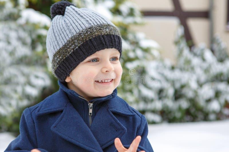 Förtjusande litet barnpojke på härlig vinterdag royaltyfria foton