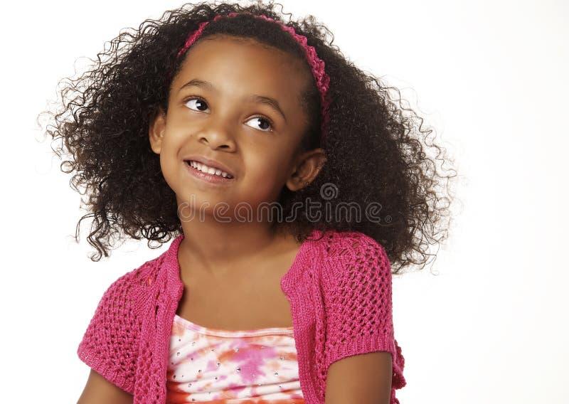 förtjusande lockigt flickahår little som ler arkivfoton