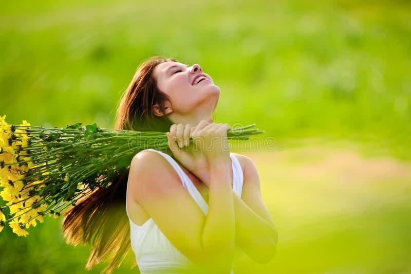 Förtjusande lycklig sommarkvinna royaltyfri bild