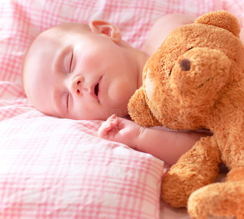Förtjusande nyfött behandla som ett barn arkivbilder