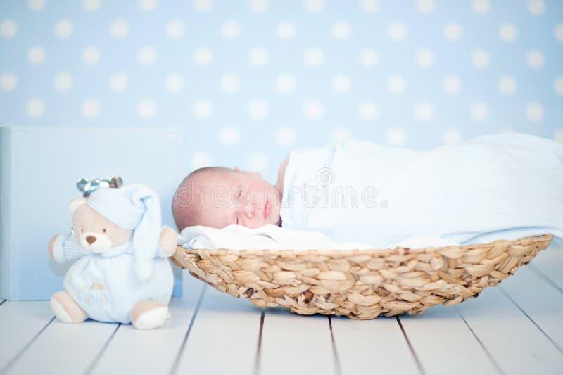 Förtjusande nyfött lyckligt behandla som ett barn att sova royaltyfri bild