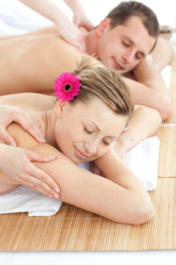 förtjusande par som har massage royaltyfri fotografi