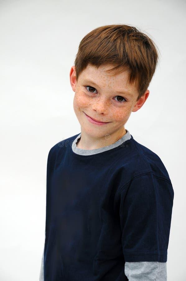 Förtjusande pojke med många fräknar arkivbilder
