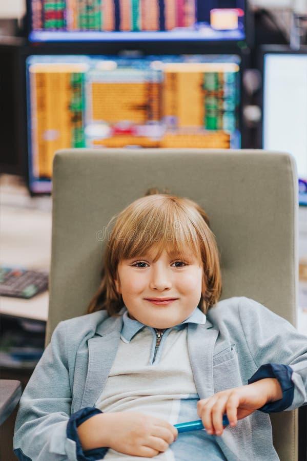 Förtjusande pys som besöker förälderarbetsplatsen, bildande program för barn arkivfoto
