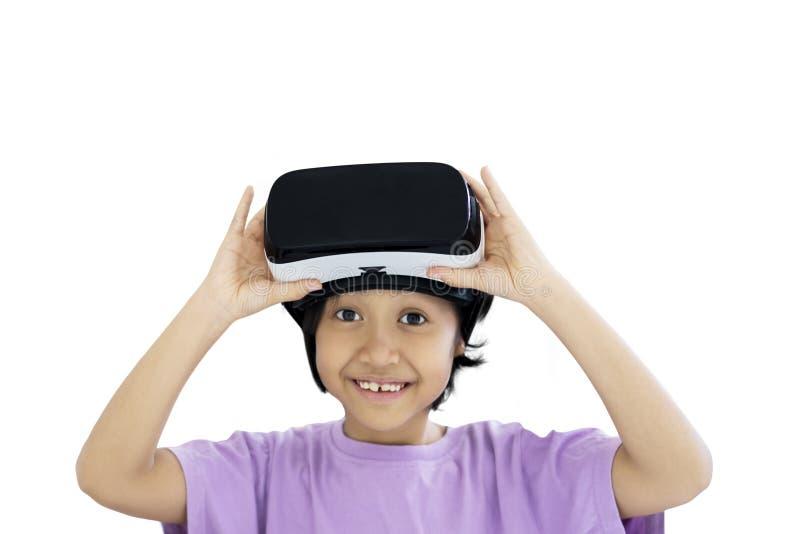 Förtjusande skolflicka med virtuell verklighetskyddsglasögon royaltyfri foto