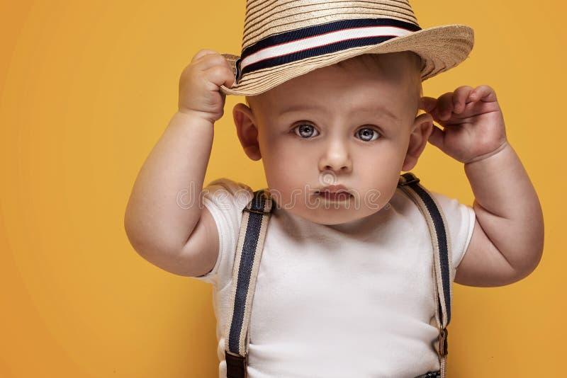 Förtjusande små behandla som ett barn att posera för pojke arkivfoto
