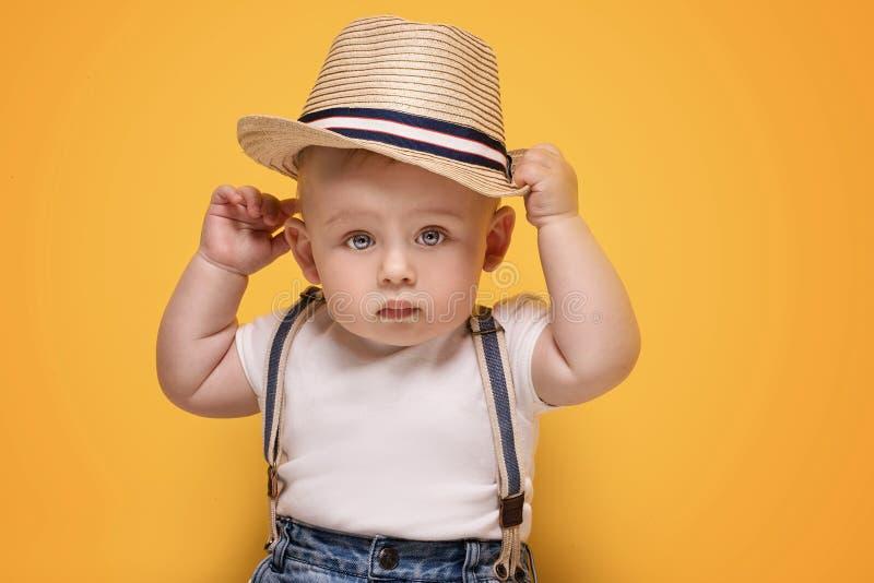 Förtjusande små behandla som ett barn att posera för pojke royaltyfri bild