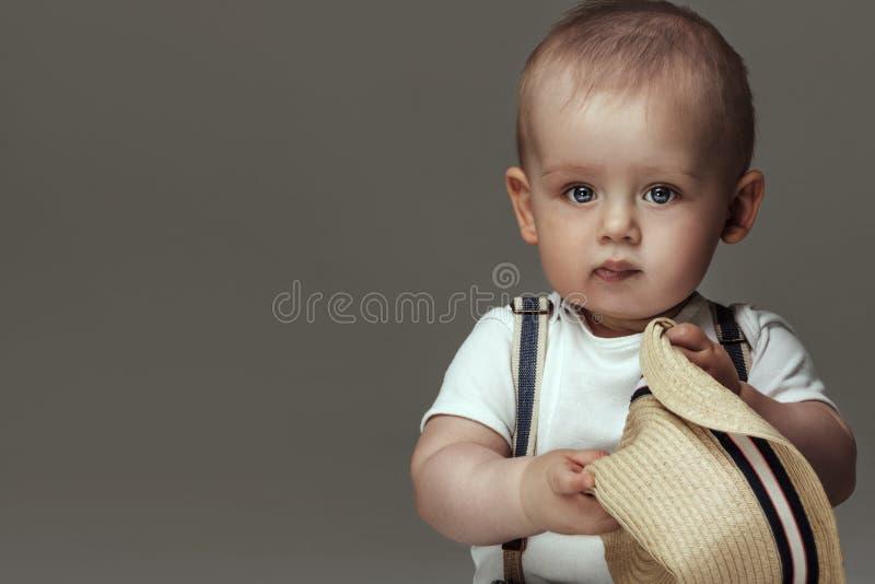 Förtjusande små behandla som ett barn att posera för pojke arkivbilder