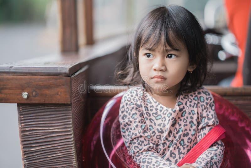 Förtjusande stående för liten flicka` s utomhus royaltyfri bild