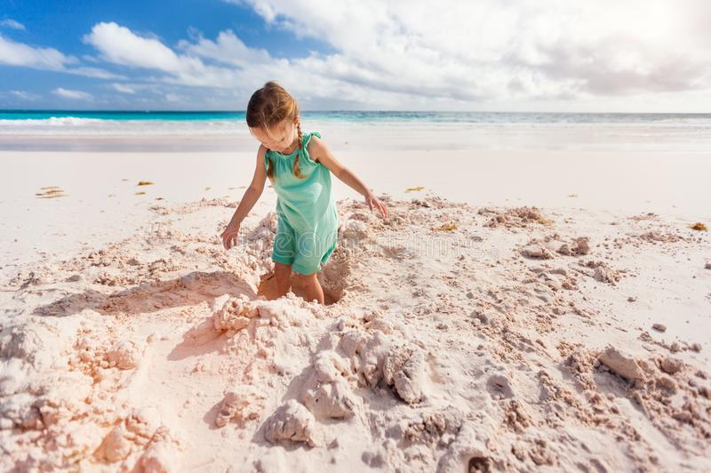 förtjusande strandflicka little arkivbilder