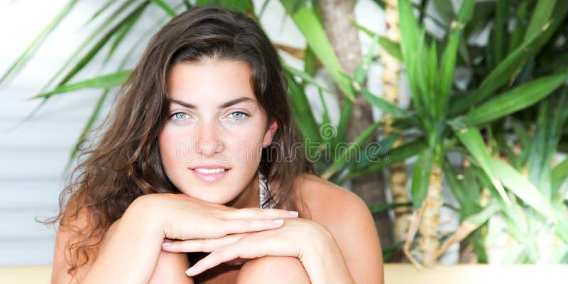 förtjusande ung kvinna med långt ljus-brunt hår, underbart leende och stora blåa ögon fotografering för bildbyråer