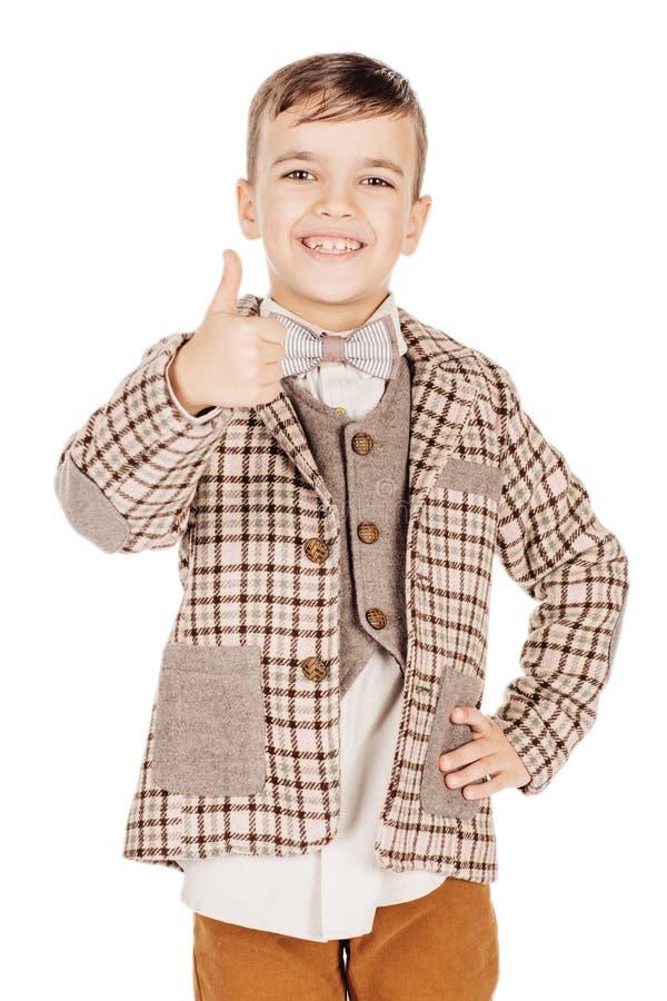 Förtjusande ung lycklig pojke för stående som ser kameran som isoleras på fotografering för bildbyråer