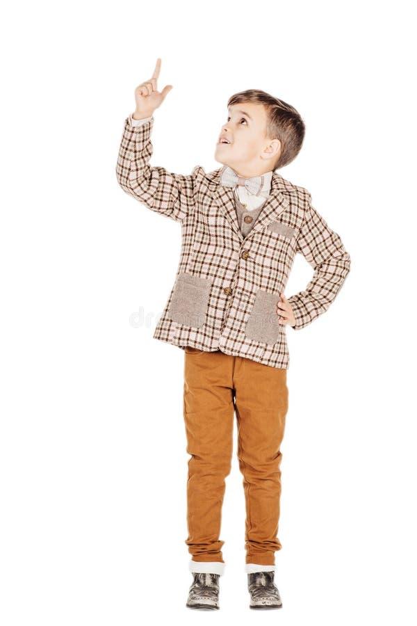 Förtjusande ung lycklig pojke för stående som ser kameran som isoleras på royaltyfria bilder