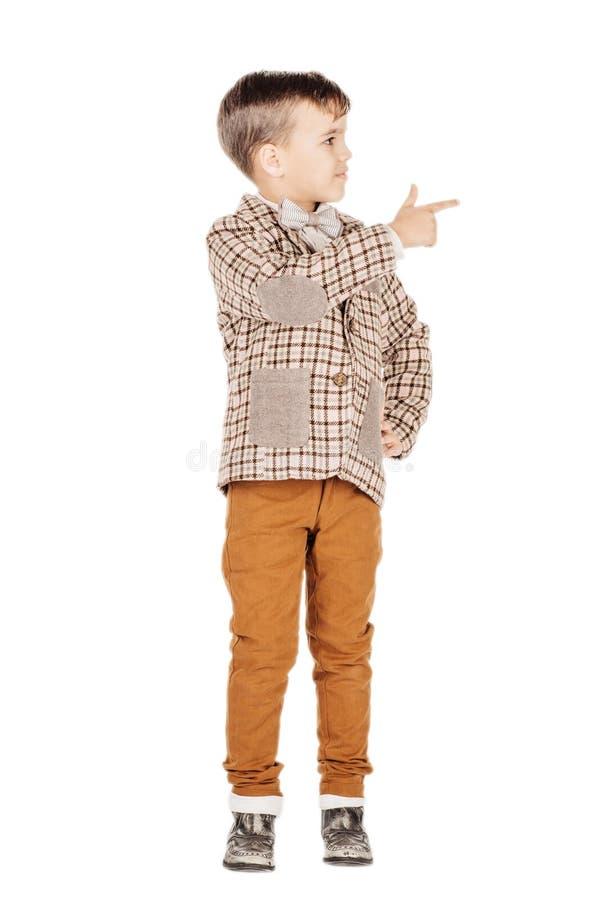 Förtjusande ung lycklig pojke för stående som ser kameran som isoleras på royaltyfri fotografi