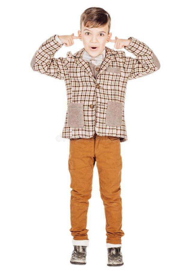 Förtjusande ung lycklig pojke för stående som ser kameran som isoleras på royaltyfri foto