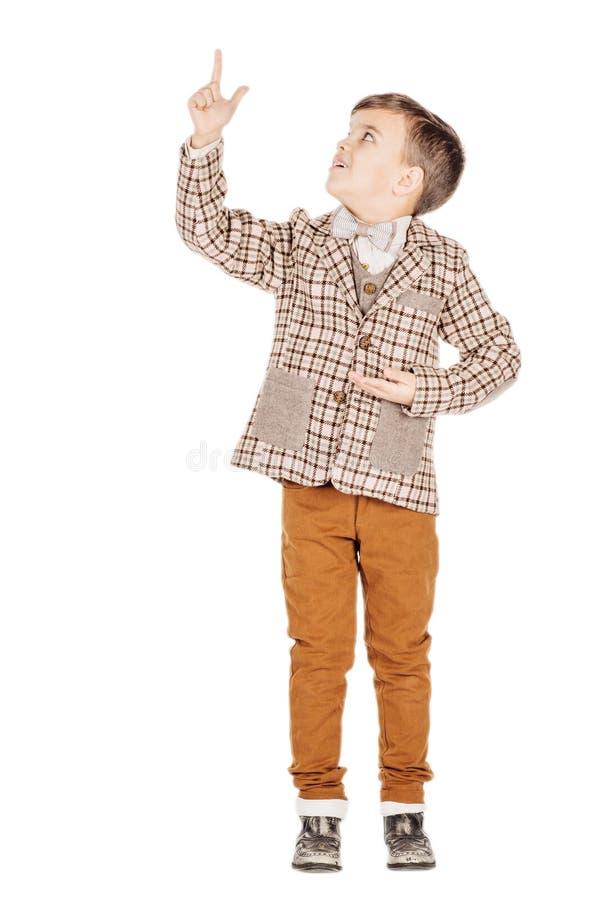Förtjusande ung lycklig pojke för stående som ser kameran som isoleras på arkivbilder