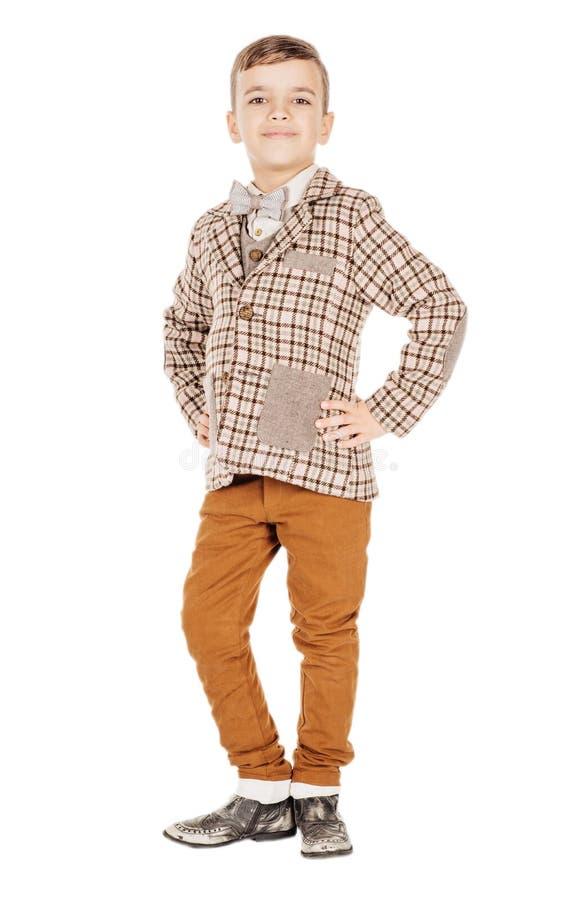 Förtjusande ung lycklig pojke för stående som ser kameran som isoleras på arkivfoton