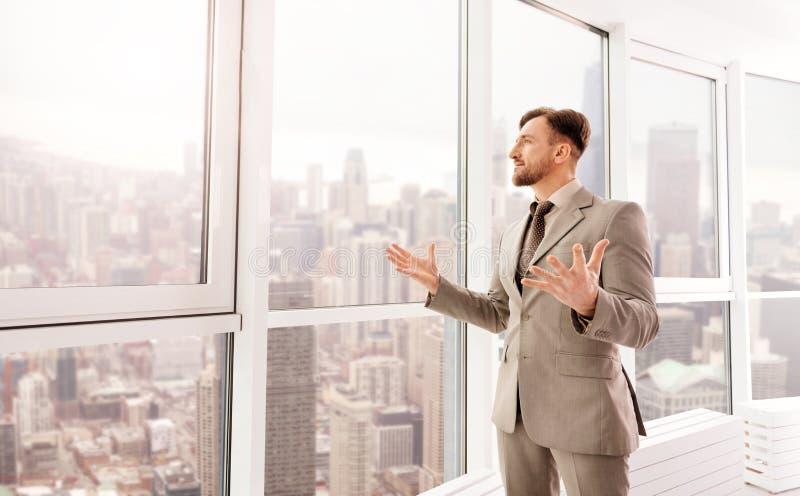 Förtjust affärsmananseende i hans kontor fotografering för bildbyråer