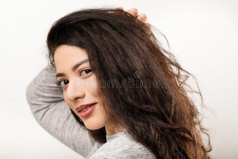 F?rtjust blyg v?nskapsmatch som ler den emotionella flickan fotografering för bildbyråer