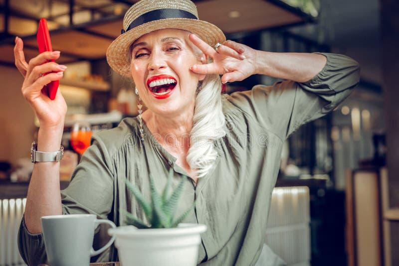 Förtjust bra seende kvinna som visar hennes positiva sinnesrörelser royaltyfria foton