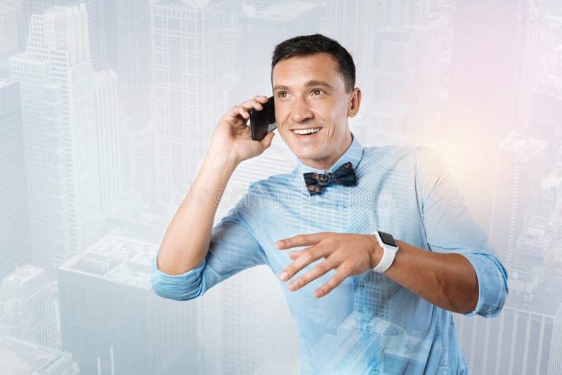 Förtjust bra seende man som talar på telefonen arkivfoto