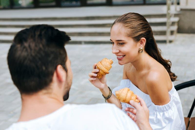 Förtjust glad kvinna som ler till hennes make fotografering för bildbyråer