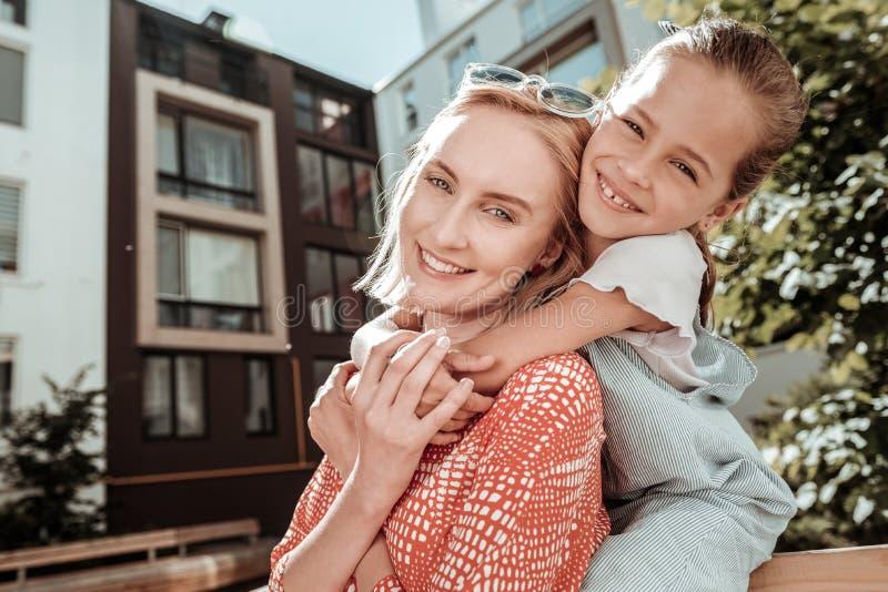Förtjust gullig moder och dotter som ser dig arkivbilder