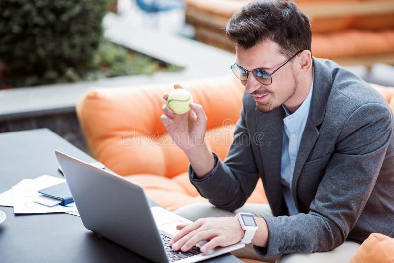 Förtjust le affärsman som använder bärbara datorn fotografering för bildbyråer