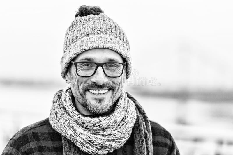 Förtjust mogen man som ser dig med godhjärtat leende fotografering för bildbyråer