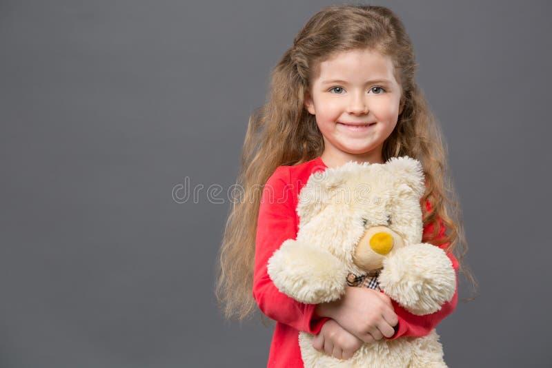Förtjust positiv flicka som ler till dig royaltyfri fotografi