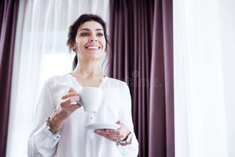 Förtjust smart affärskvinna som är i ett stort lynne arkivbild
