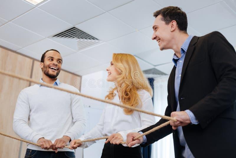 Förtjusta glade kollegor som tycker om deras aktivitet arkivfoto