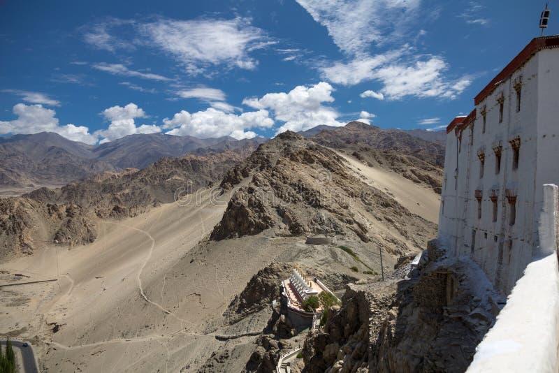 Förtorkat landskap runt om den Thiksay kloster, Ladakh, nordlig Ind fotografering för bildbyråer