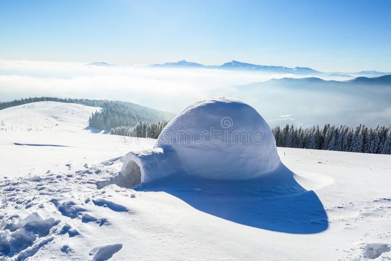 Förträfflig enorm vit snöig koja arkivbilder